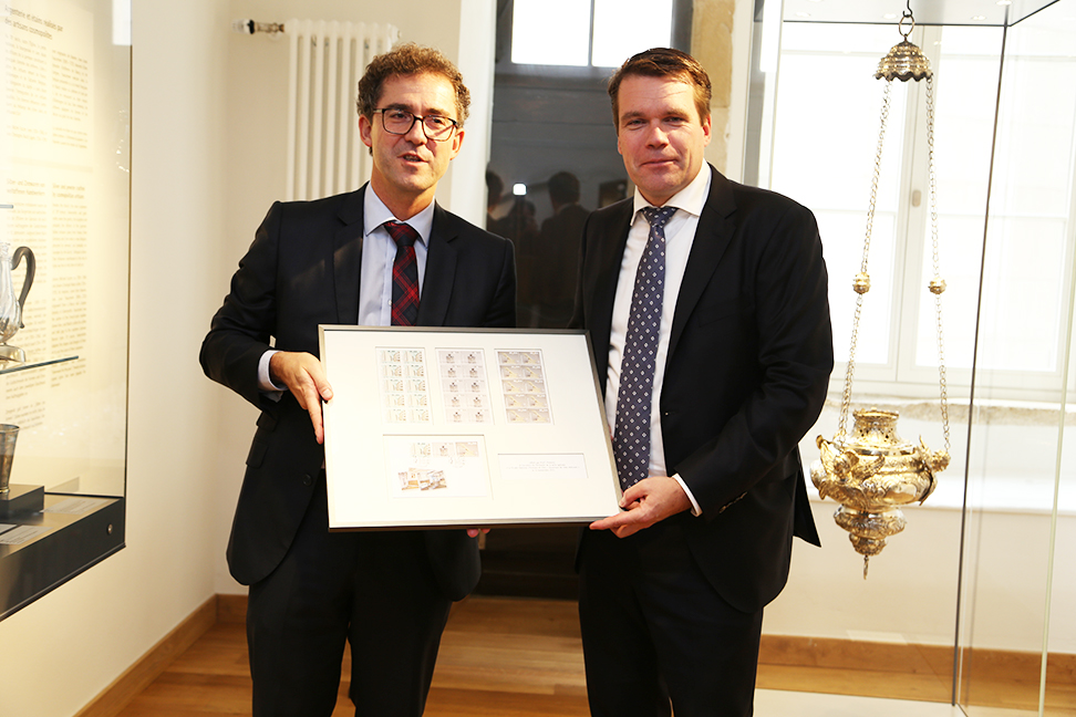 Official presentation of the 3 stamps issued to commemorate the reopening of the Wiltheim wing.